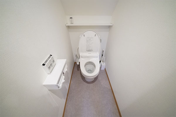 The toilet has a washlet and the toilet seat opens and closes automatically.