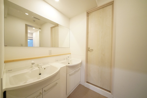 Two large washbasins and a large mirror