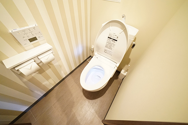 All toilets have a washlet and the toilet seat opens and closes automatically.