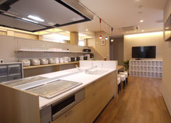 Huge kitchen in living space♪